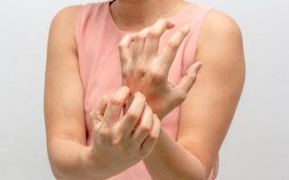 При каких заболеваниях чешутся руки и как избавиться от зуда