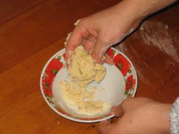 Приготовление медовой лепешки