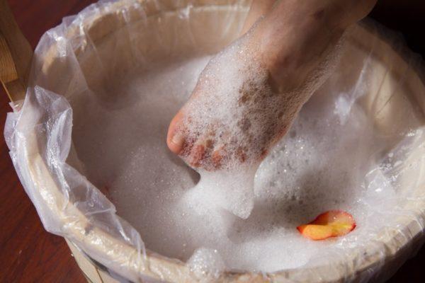 Мытье ног шампунем против перхоти