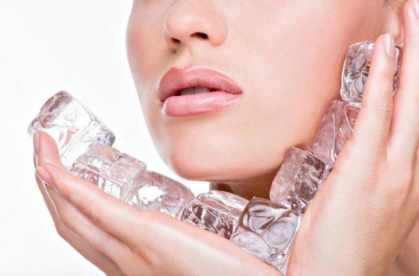 Протирание лица кубиками льда