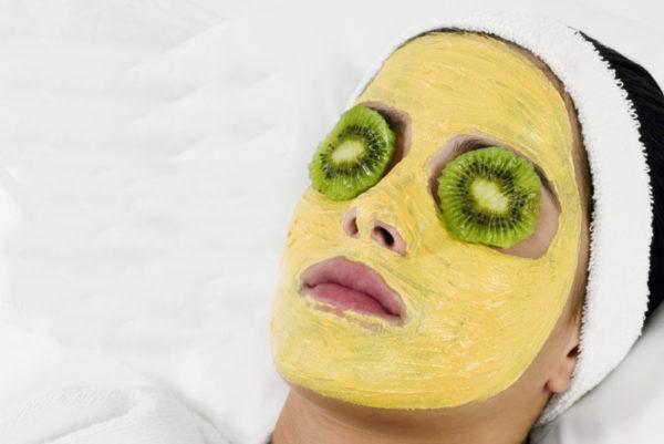 Ягодная маска на лице