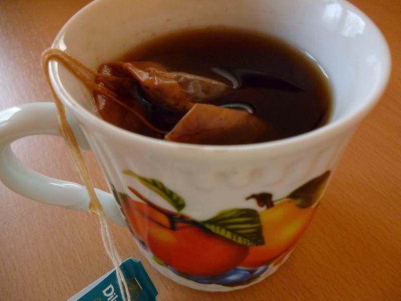 Крепко заваренный черный чай