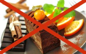 Следует отказаться от шоколада, копченостей, куриных яиц, цитрусовых, томатов