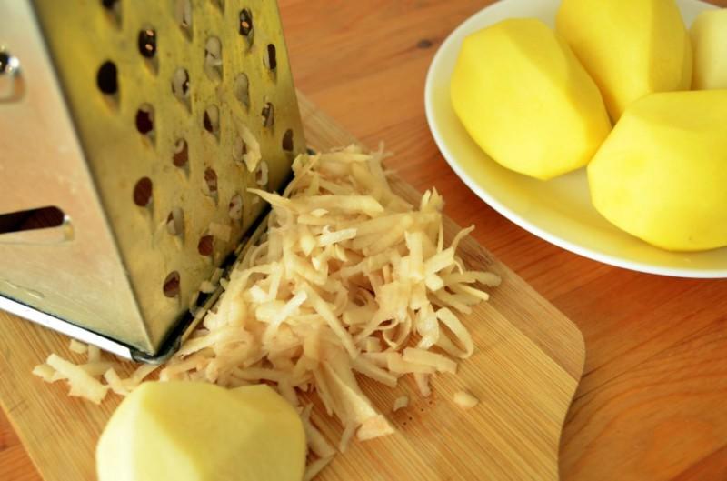 Сырой картофель натереть на терку, выложить тонким слоем на марлю